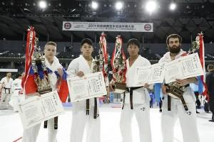 第36回全日本ウェイト制優勝者。左から軽量級/アレクサンダー・アリストフ、中量級/加賀健弘、軽重量級/大澤佳心、/重量級/ゴデルジ・カパナーゼ