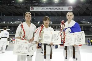 世界女子ウェイト制優勝者。左から重量級/ウリアナ・グレベンシコワ、中量級/永吉美優、軽量級/エカテリーナ・コズロワ